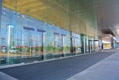 对大厦的现代玻璃入口在莫斯科 免版税库存图片