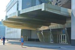 对大厦的现代玻璃入口在莫斯科 库存照片