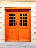 对大厦门面的门处理玻璃门入口 免版税库存照片