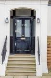 对大厦,一种美丽的金属栏杆的时髦的入口或者 免版税库存照片