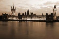 对大本钟和Pa议院的著名和美好的晚上视图 库存照片
