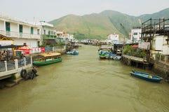 对大澳渔夫村庄的看法有高跷房子和汽艇的在香港,中国 免版税库存图片