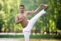 对大脚趾瑜伽姿势的延长的手 图库摄影