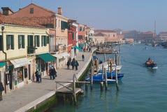对大运河、小船、大厦和人民的看法街道的在早期的春天在Murano,意大利 图库摄影