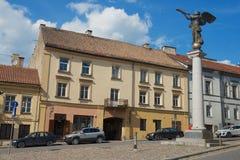 对天使正方形的看法和Uzupis天使在维尔纽斯,立陶宛 库存图片