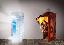 对天堂和地狱的二个门。 免版税库存照片