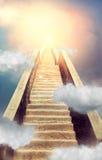 对天堂概念,通往天堂的圣洁道路的楼梯 免版税库存图片