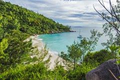 对天堂海滩anse乔其纱, praslin, se的全景概要 免版税库存照片