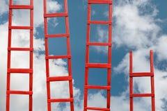 对天堂的几层红色楼梯 路成功 目标事业概念的成就 免版税库存照片
