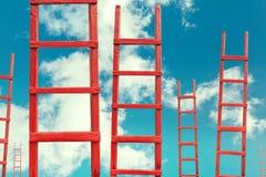 对天堂的红色木楼梯 路成功 目标事业概念的成就 库存照片