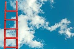 对天堂的红色木楼梯 路成功 目标事业隐喻的成就 免版税库存照片