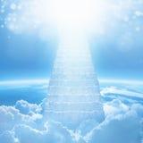 对天堂,从天堂的明亮的光,导致的楼梯的台阶 库存图片
