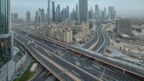 对天空中timelapse的迪拜街市地平线夜与在高速公路的交通 股票视频