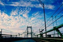 对天空末端的桥梁在美国和加拿大之间 库存照片