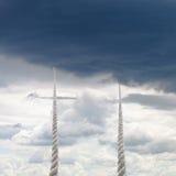 对天空的两条绳索上升与多雨云彩 库存图片