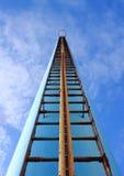对天空的奇怪的楼梯攀登烟囱 免版税库存照片