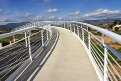 对天空的白色桥梁 免版税库存图片