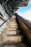 对天空的石台阶在墙壁 库存图片