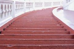 对天空的红色梯子 免版税库存照片