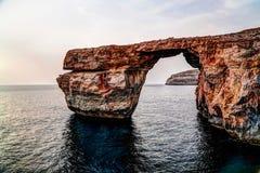 对天蓝色的窗口自然曲拱,现在消失,戈佐岛海岛马耳他的海视图 免版税库存照片