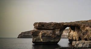 对天蓝色的窗口自然曲拱,现在消失,戈佐岛海岛,马耳他的海视图 图库摄影