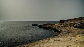 对天蓝色的窗口自然曲拱,现在消失,戈佐岛海岛,马耳他的海视图 库存图片