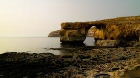 对天蓝色的窗口自然曲拱,现在消失,戈佐岛海岛,马耳他的海视图 库存照片