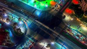 对天转折timelapse的迪拜街市夜与现代摩天大楼、购物中心和交通在路在日出前 顶视图 库存图片