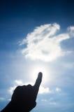 对太阳光的手点 库存图片