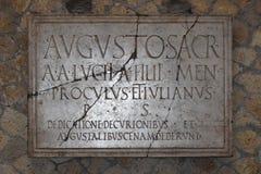 对奥古斯都,赫库兰尼姆考古学站点,褶皱藻属,意大利的匾 免版税库存图片