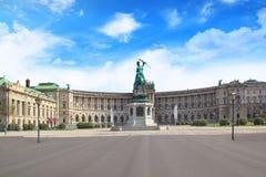 对奥地利的大公爵查尔斯的纪念碑反对国立图书馆的背景的在维也纳,奥地利 免版税图库摄影