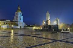 对奥尔加公主的纪念碑在圣迈克尔` s金黄半球形的大教堂附近在Kyiv,乌克兰 早期的秋天早晨 免版税库存照片