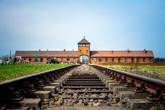 对奥斯威辛比克瑙纳粹集中营的主闸有火车路轨的 免版税库存照片