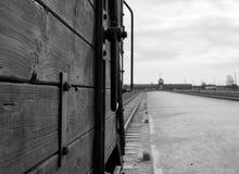 对奥斯威辛比克瑙纳粹集中营的大门,显示其中一辆运畜拖车用于给他们的死亡带来受害者 图库摄影