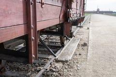 对奥斯威辛比克瑙纳粹集中营的大门,显示其中一辆运畜拖车用于给他们的死亡带来受害者 免版税库存照片