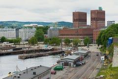对奥斯陆市政厅大厦和港口的看法在奥斯陆,挪威 免版税库存图片