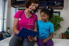 对女孩患者的生理治疗师播种的医疗报告 免版税库存照片