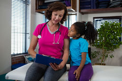 对女孩患者的生理治疗师播种的医疗报告 免版税图库摄影