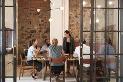 对女性的上司企业队演讲在会议室 免版税库存照片