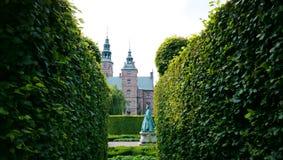 对女王卡罗琳Amalia的一座纪念碑在Rosenborg城堡旁边的公园 免版税库存照片