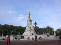 对女王维多利亚的纪念碑在白金汉宫伦敦英国欧洲前面 库存图片
