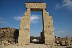 对女神寺庙Hator的入口在Dendera 免版税库存照片