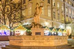 对女神Amphitrite的大理石石纪念碑以在圣诞节的背景的一个喷泉的形式公平在中央M 免版税图库摄影