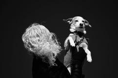 对她的在风的小狗爱  免版税库存照片