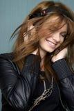 对妇女年轻人的听的音乐 免版税图库摄影