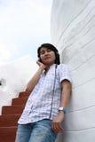 对妇女的亚洲耳机听的音乐 免版税图库摄影