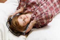 对妇女的听的音乐 免版税库存图片