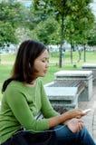 对妇女的听的音乐 免版税库存照片