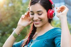 对妇女的跳舞的听的音乐 免版税库存图片