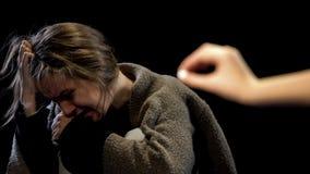 对妇女,头疼镇痛的药物的手提供的抗抑郁剂药片 免版税图库摄影